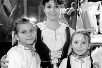 Jarka Špačková s dětmi z Kamýčka. Na Staroměstském náměstí vystoupili už sedmkrát. Příležitost vyfotit se s folklorním souborem si nenechává utéct ani řada zahraničních turistů.