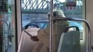 Muž s nožem v tramvaji