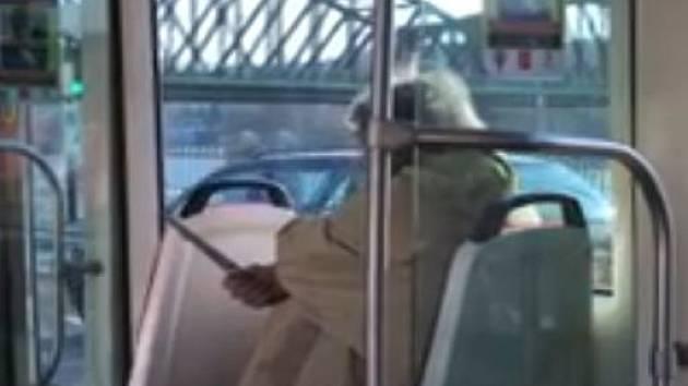 Policie hledá svědky dalšího incidentu, který způsobil muž s nožem v tramvaji.