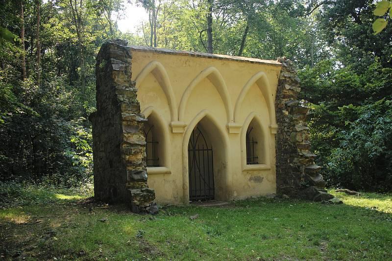 Poustevna, kterou jako mnoho dalších, nechal v parku vystavět Leopold Leonard Thun-Hohenstein.