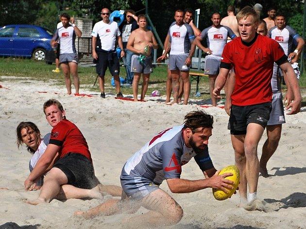 PLÁŽOVÉ RAGBY! Ve finále pražského turnaje se utkali hráči italské Maccarese a Plážových Libovců, v civilu Sparty Praha.