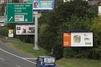 Billboardy u dálnice D1 v Praze.