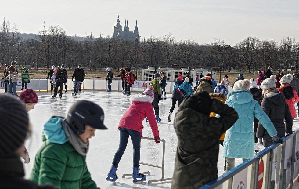 Kluziště na Letenské pláni je největší ledová plocha pod širým nebem v Praze.