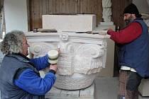 Sochař Petr Váňa (na snímku vlevo) hodlá dokončit své dlouholeté kamenické dílo přímo před očima veřejnosti na Staroměstském náměstí v Praze. To prý aby věděla, jak vůbec kamenická a sochařská práce ve skutečnosti vypadá.