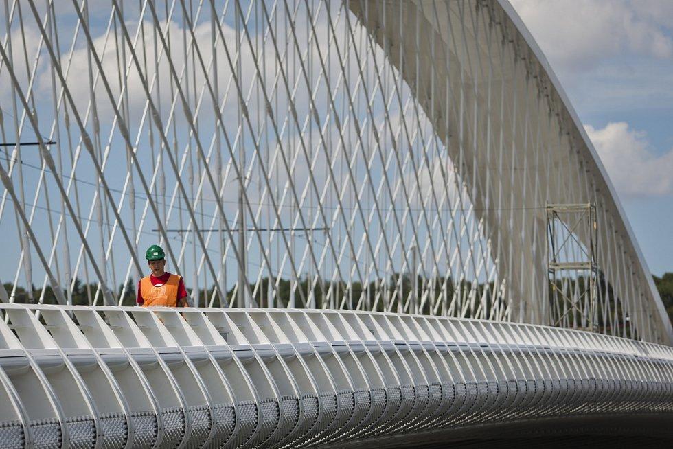 Poslední přípravy 20. srpna před zátěžovou zkoušku na nově budovaném Trojském mostě v Praze.