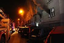 Požár pětipatrového domu v Přípotoční ulici v pražských Vršovicích.