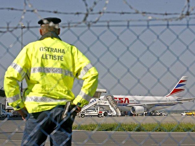 CHŘIPKA JE V PRAZE. V letadle z mexického Cancúnu se nákaza do země nedostala, první potvrzený pacient s novou chřipkou se nakazil pravděpodobně v New Yorku. (Na snímku bezpečnostní opatření na letišti při příletu turistů z Mexika - 3.květen 2009.)