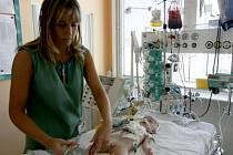 NÁROČNÁ PRÁCE. V České republice je sester nedostatek, velkou část personálu nemocnic tvoří cizinky.
