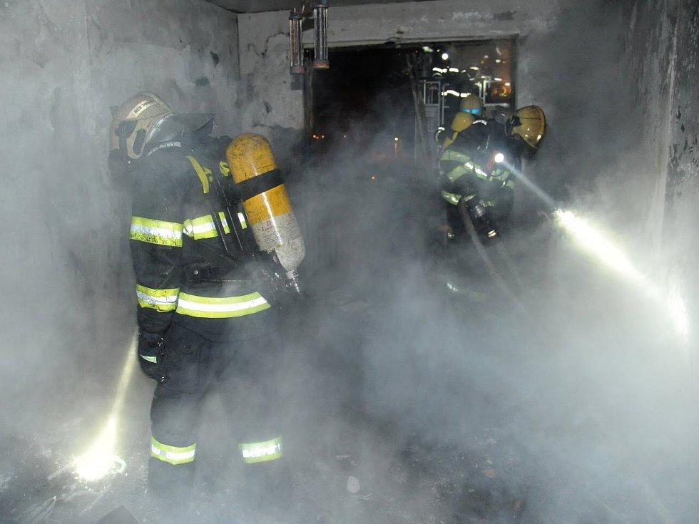 Hasiči likvidovali požár bytu na Jarově.