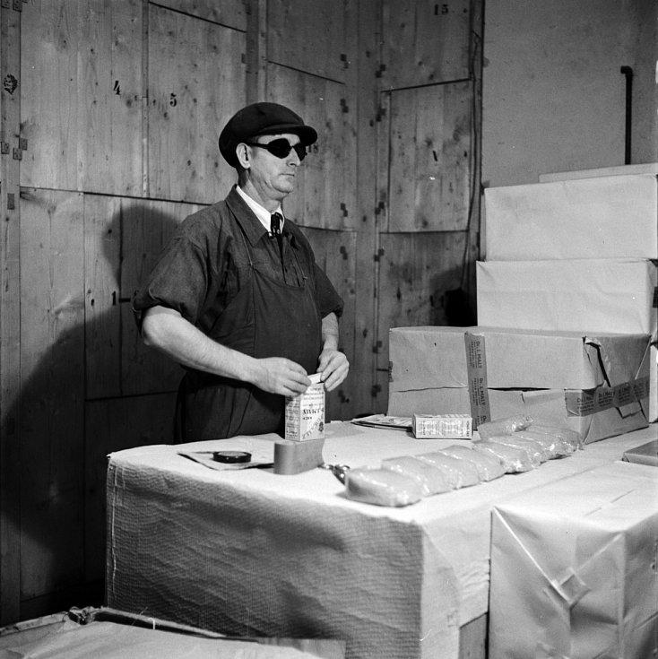 Totální nasazení. Během totálního nasazení byli zaměstnáni i slepci jako baliči, třídiči, atd. v různých chemicko-technických podnicích.