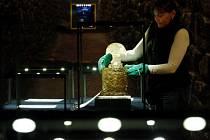 PROKLETÉ ZLATO NA HRADĚ. Ve středu byly na Hrad převezeny zlaté předměty nesmírné ceny. Osobně se o ně stará ředitelka Muzea zlata v peruánské Limě Victoria Mujica.