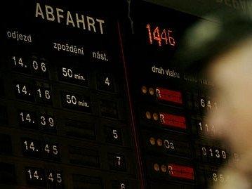 Až několik desítek minut zpoždění měly ve středu vlaky z a do Prahy.