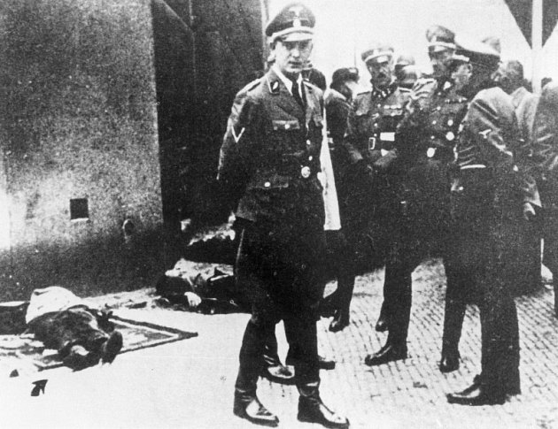 Momentka z identifikace padlých z krypty. Zleva Horst Böhme, Johann von Feil, K. H. Frank a Karl von Treuenfeld. U nohou jim leží těla Hrubého, Švarce a Gabčíka.