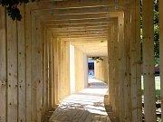 Dřevěný tunel v parku Indiry Gándhíové.