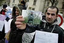 Demonstrace k údajnému porušování lidských práv, jemuž jsou vystaveni kurdští žadatelé o mezinárodní ochranu v uprchlickém táboře v Kostelci nad Orlicí proběhla 10. prosince před Úřadem vlády.