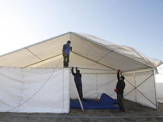 Na pražském Rohanském ostrově se 1. února stavěl stan pro bezdomovce kvůli rostoucím mrazům.