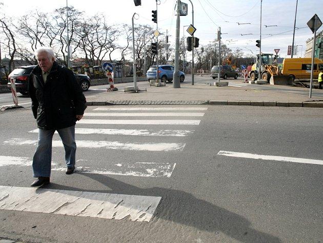 KŘIŽOVATKA na nábřeží Vltavy, která je postrachem cyklistů, o život tady přišel například zakladatel iniciativy Auto*Mat Jan Bouchal, se změní. Že místo není bezpečné, říká i primátor. Foto: