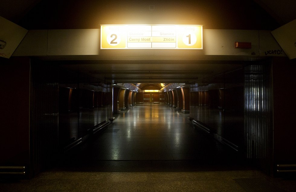 Pracovníci dopravních podniků stavěli 2. června protipovodňové zábrany u metra Křížíkova