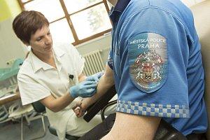 Pražští strážníci chodí na pravidelné odběry i jako dárci krve a krevní plazmy.