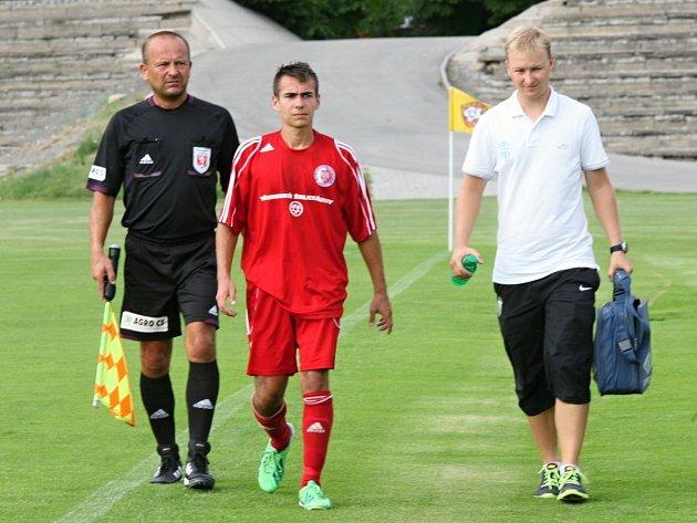 KDYŽ NA TO PŘIJDE, masér Michal Bílek (vpravo) samozřejmě pomůže i s ošetřením hráčů soupeře.