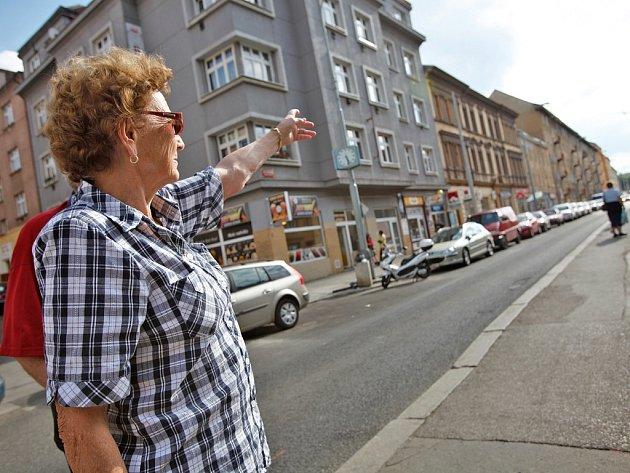 """Žena, která rozjela petici, Dagmar Polanská ukazuje na místa za pražskou tramvajovou zastávkou UKaštanu. """"Pamatuji ještě, když tady byly louky a křoviny,"""" vzpomíná."""