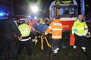 Hasiči vyprošťovali ženu sraženou tramvají