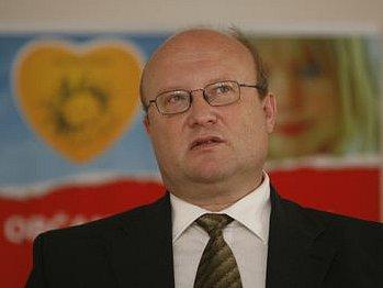 ZPÁTKY K MEDICÍNĚ. Dnes už bývalý ředitel Všeobecné fakultní nemocnice Jan Bříza (na snímku) se chce věnovat odborné činnosti.