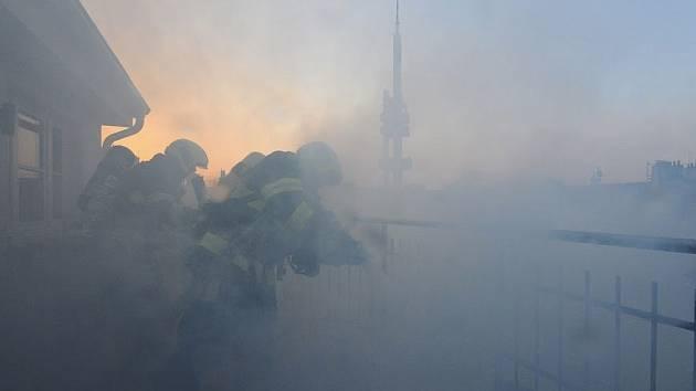 Při požár terasy obytného domu v Praze 3 bylo evakuováno 6 osob.