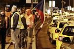 Protestující taxikáři v Praze v pondělí 8. února 2015 po páté hodině ranní zablokovali magistrálu.