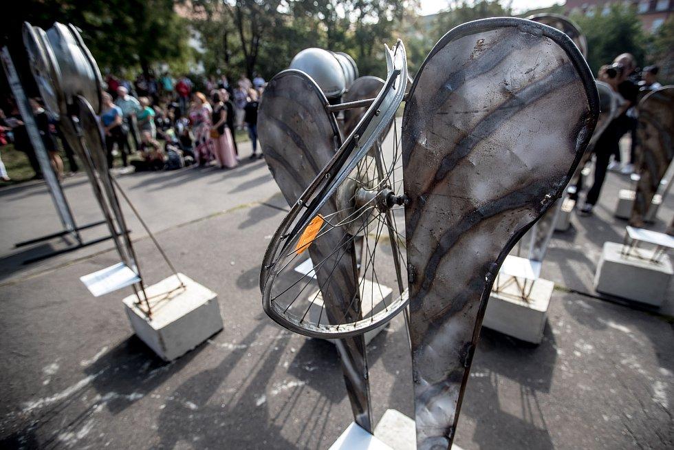 Zahájení výstavy 17 Andělů, kteří symbolizují sedmnáct zemřelých účastníků silničního provozu na území Prahy, proběhlo 19. září v Praze na Karlově náměstí.