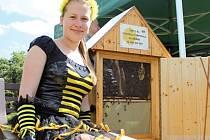 Před rokem získala Marie na celostátní soutěži titul Zlatá včela. Vypracovat mezi nejlepší mladé včelaře se dokázala studentka prvního ročníku gymnázia velmi rychle. Za pouhých pět let, kdy její táta přinesl na zahradu v Úvalech u Prahy první úly.