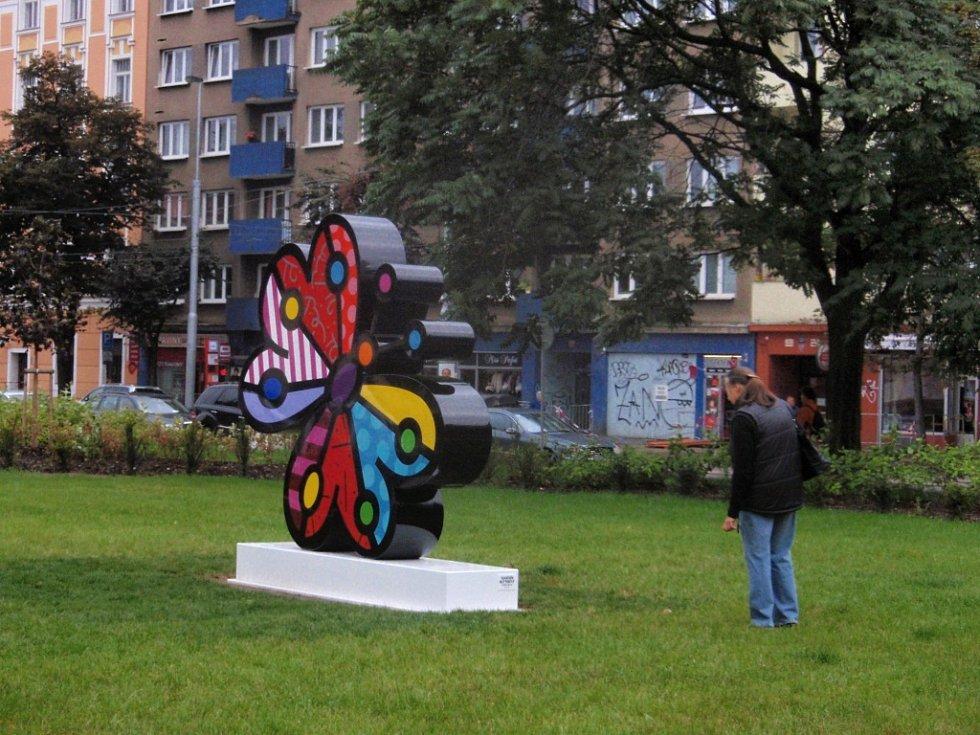 Opravené Ortenovo náměstí v Praze 7 a jeho nová motýlí dominanta. Dva roky rekonstrukce místa prý holešovickým občanům bohatě stačily.