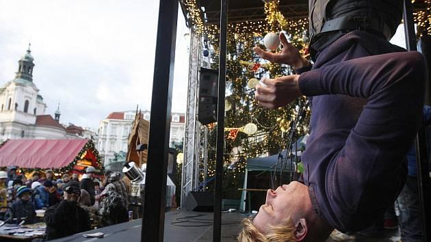 Na pražském Staroměstském náměstí se v úterý 6. prosince 2011 uskutečnilo odpoledne s agenturou Dobrý den z Pelhřimova, která se stará o rekordy v Čechách. Na snímku Zdeněk Bradáč při překonávání světového rekordu v žonglování hlavou dolů.
