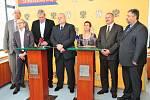 Novým středočeským hejtmanem se v pátek 27. června 2014 stal šéf krajské ČSSD Miloš Petera. Rozhodli o tom krajští zastupitelé.