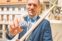 Pražský primátor Zdeněk Hřib (Piráti) dostal na návštěvě rodného Slavičína originální dárky.