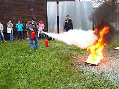Učitelé si vyzkoušeli práci hasičů.