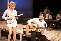Divadlo V Dlouhé ve středu večer uvádí online Shakespearovu komedii Mnoho povyku pro nic.