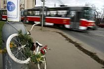 Bíle natřené kolo, jako připomínka tragické nehody cyklisty Jana Bouchala u křižovatky nábřeží Kpt. Jaroše a Dukelských hrdinů.