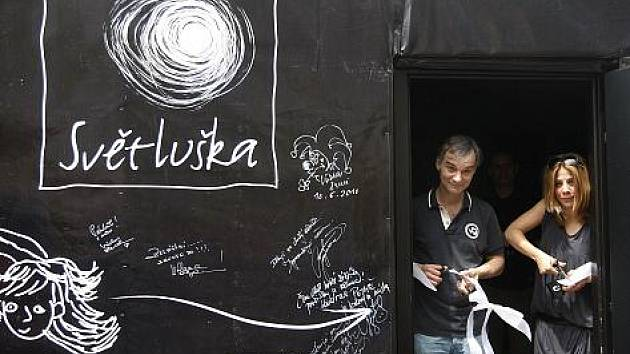 Herec Ivan Trojan a zpěvačka Aneta Langerová slavnostně otevřeli 6. června v centru Prahy Kavárnu Potmě.
