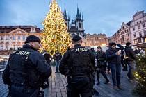 Policisté na vánočních trzích na Staroměstském náměstí.