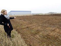 Obyvatelka Dobrovíze Jitka Ungerová ukazovala na místo, kde má podle projektu amerického internetového obchodu Amazon vyrůst nové distribuční centrum.