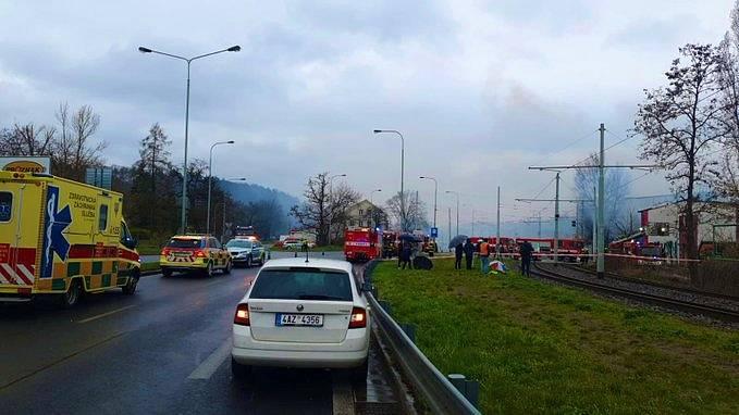 Kvůli zásahu složek Integrovaného záchranného systému při požáru haly u Nádraží Braník policisté uzavřeli Modřanskou ulici.