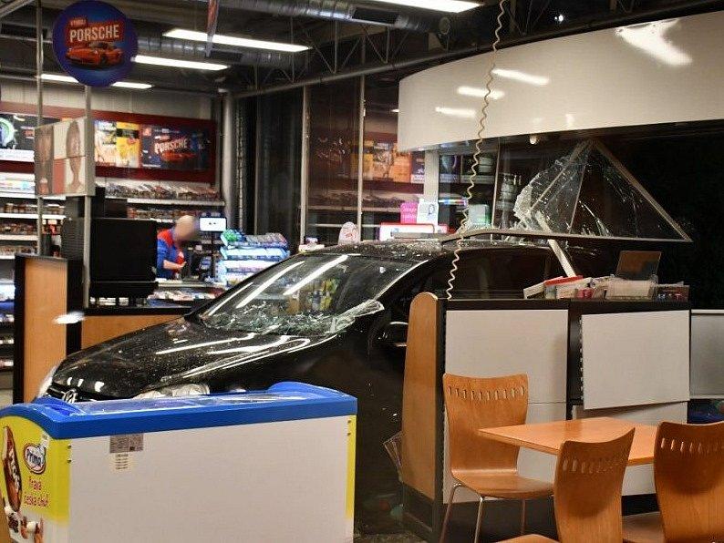 Golf skončil po nehodě na Jižní spojce v budově čerpací stanice.