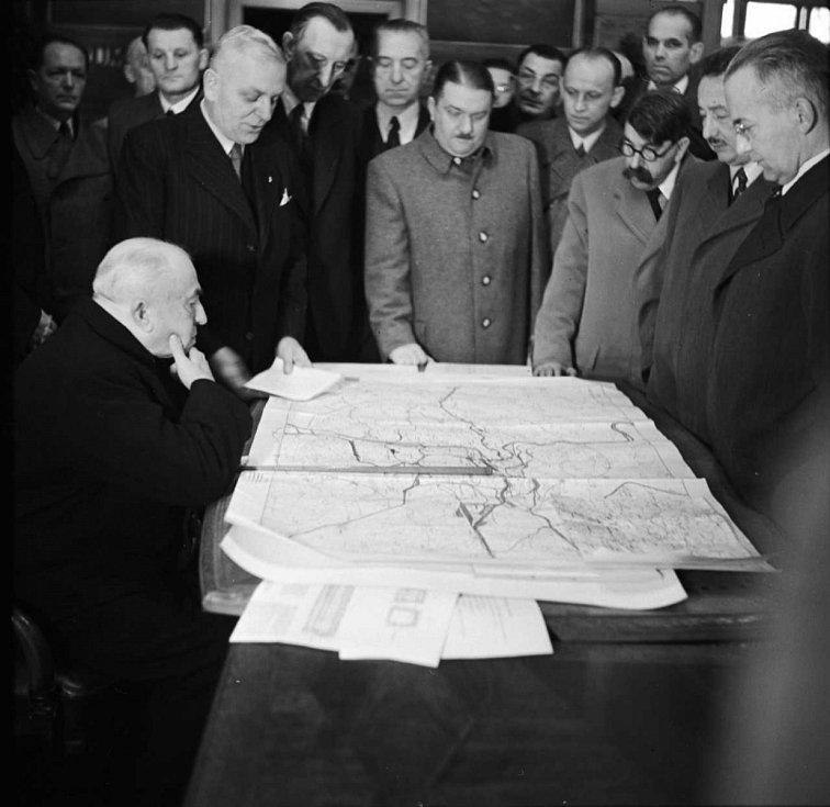 Prezident Emil Hácha (vlevo) s ministerským předsedou Aloisem Elišám (uprostřed) v říjnu 1940 nad plány II tunelu pod Vinohrady.
