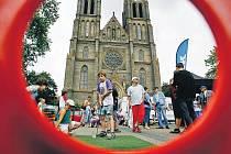 Děti si mohly během Dne s Deníkem vyzkoušet své první rány golfovou holí.