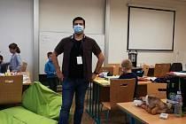 Ondřej Holčák pomáhá dětem zdravotníků s úkoly.