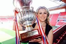 Soňa Nouzáková s pohárem pro české fotbalové mistry, který slávisté vybojovali v letech 2008 a 2009.