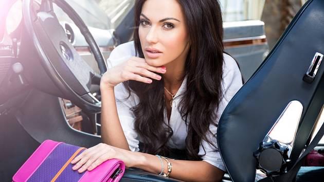 Modelka Eliška Bučková, vítězka soutěže Česká Miss 2008, miluje kabelky.