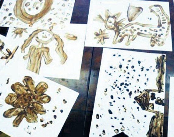 Imalí návštěvníci pražského muzea čokolády si můžou vyzkoušet, jak se maluje roztavenou čokoládou.