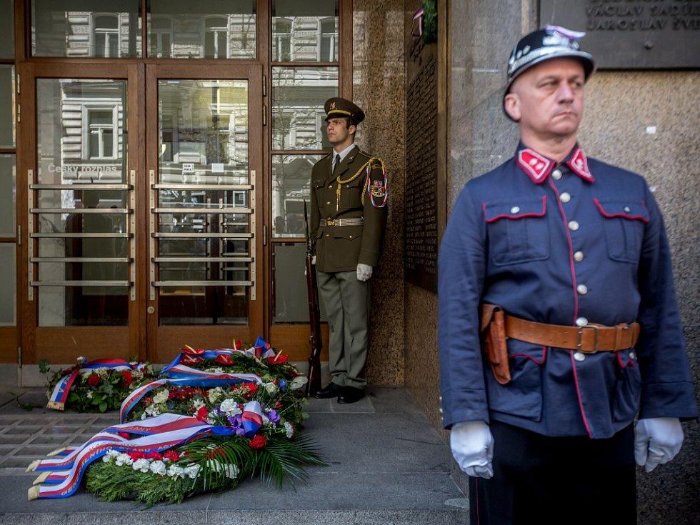 Vzpomínkový pietní akt při příležitosti 71. výročí Pražského povstání a konce druhé světové války si lidé připomněli ve čtvrtek 5. května 2016 před budovou Českého rozhlasu v Praze.